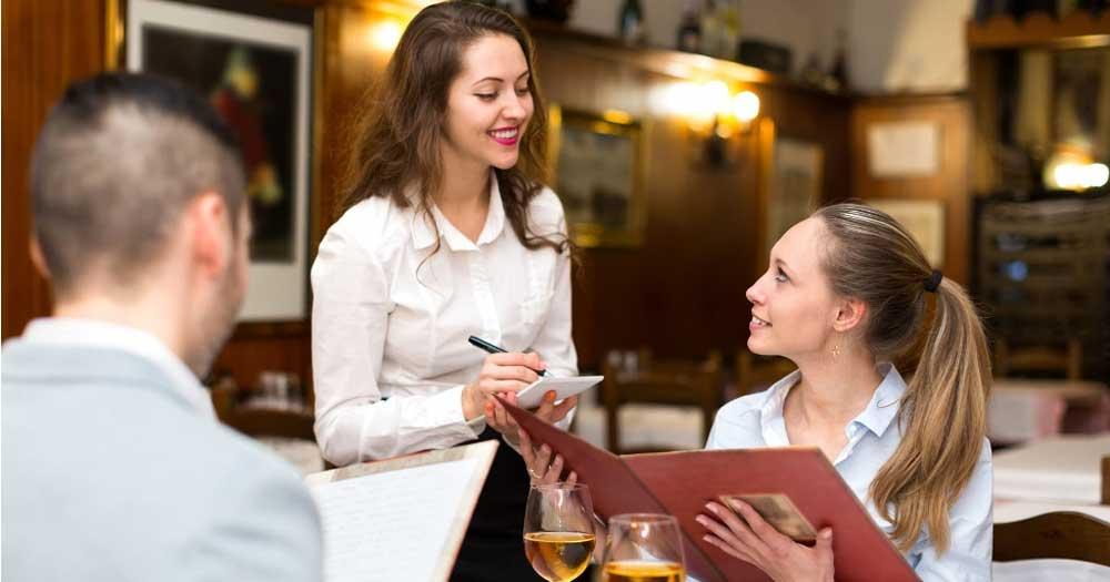 Nhân viên là người đại diện nhà hàng tiếp xúc trực tiếp với khách hàng